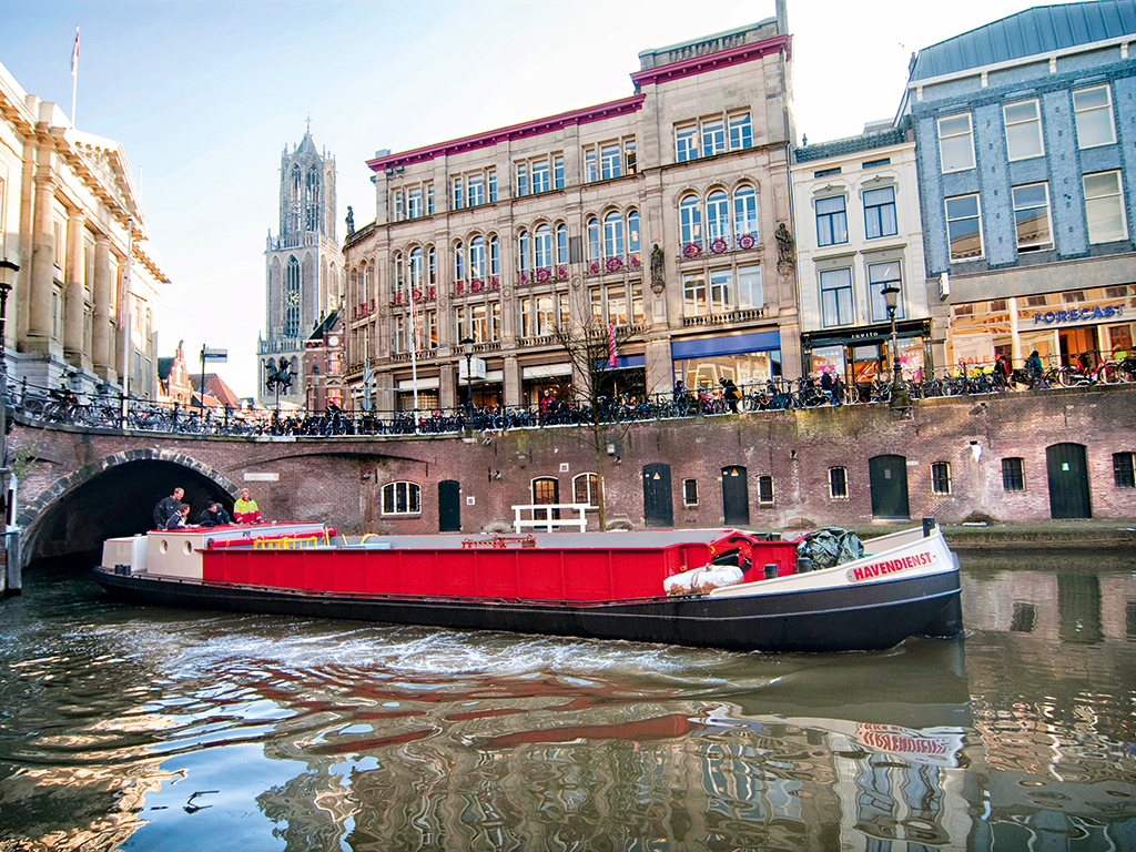 Utrecht city's Ecoboot: an innovative electrical boat that delivers goods and removes waste without creating pollution  © Robert Oosterbroek