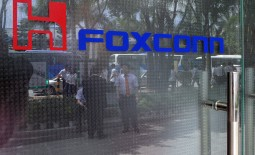 Taiwanese electronics manufacturer Foxconn has signed a deal with India's Maharashtra state to build a $5bn facility in the next five years
