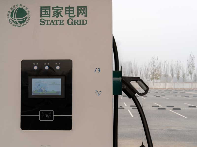 One of the world's biggest real estate companies, Evergrande, has unveiled plans to make charging electric cars easier and more convenient for consumers